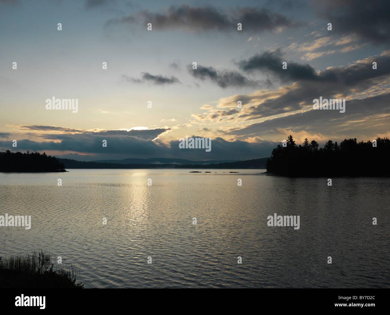 El Lago de Dos Ríos en la madrugada cae escenario natural. El Algonquin Provincial Park, Ontario, Canadá. Imagen De Stock
