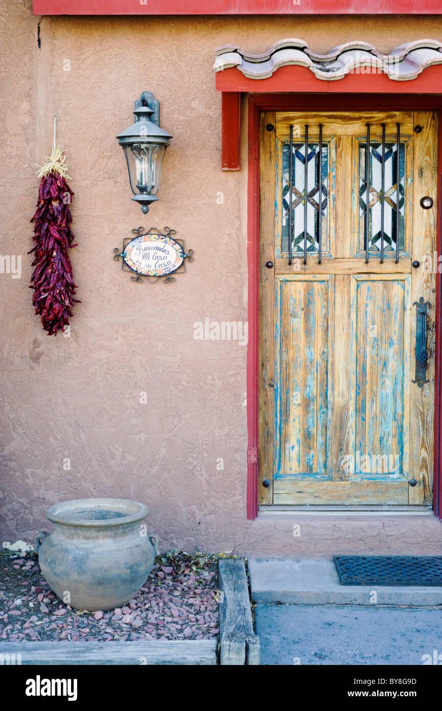 Sudoeste Americano típica arquitectura y decoración exterior encuentra en Tularosa, Nuevo México. Imagen De Stock