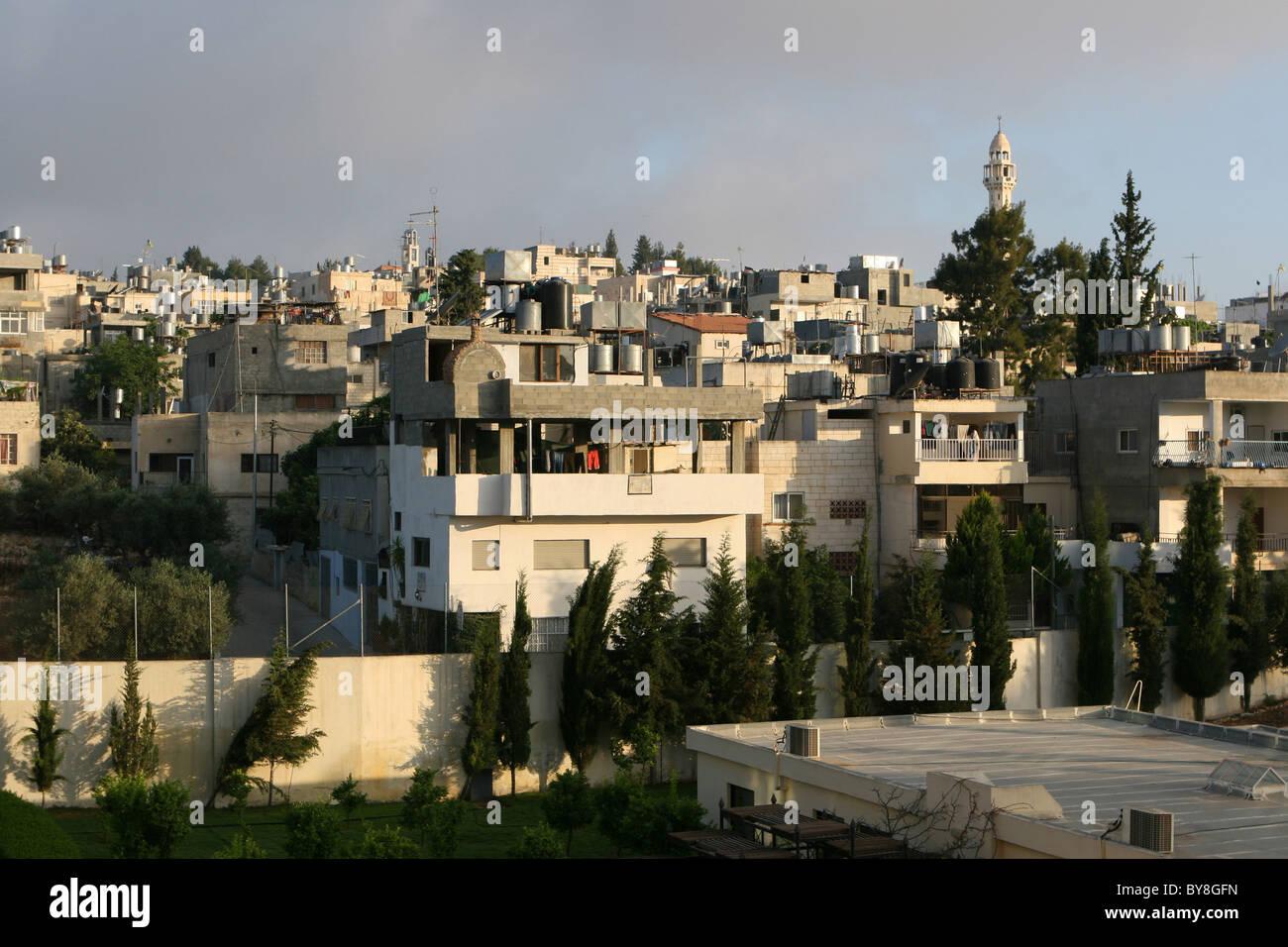 Varias plantas casas de palestinos aumentando de forma compacta en la cima de esta colina en Belén, Israel. Imagen De Stock