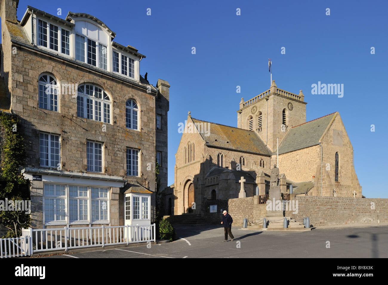 La Eglise Saint-Nicolas / Iglesia de San Nicolás en el puerto de Barfleur, Normandía, Francia Foto de stock