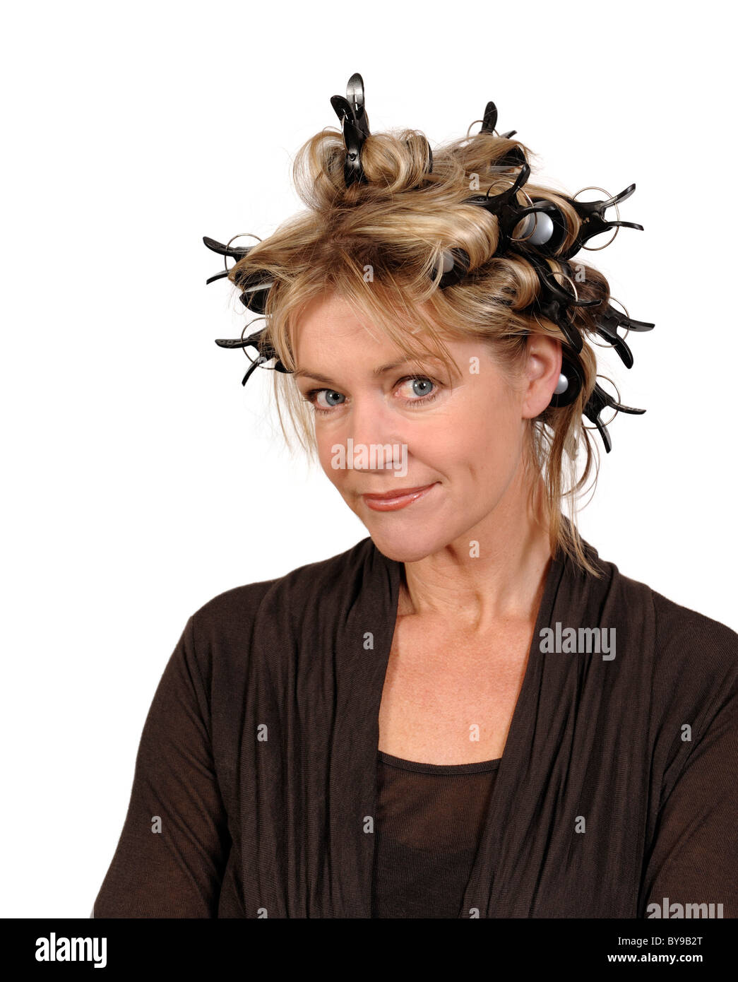 Mujer vistiendo rizadores de pelo Imagen De Stock
