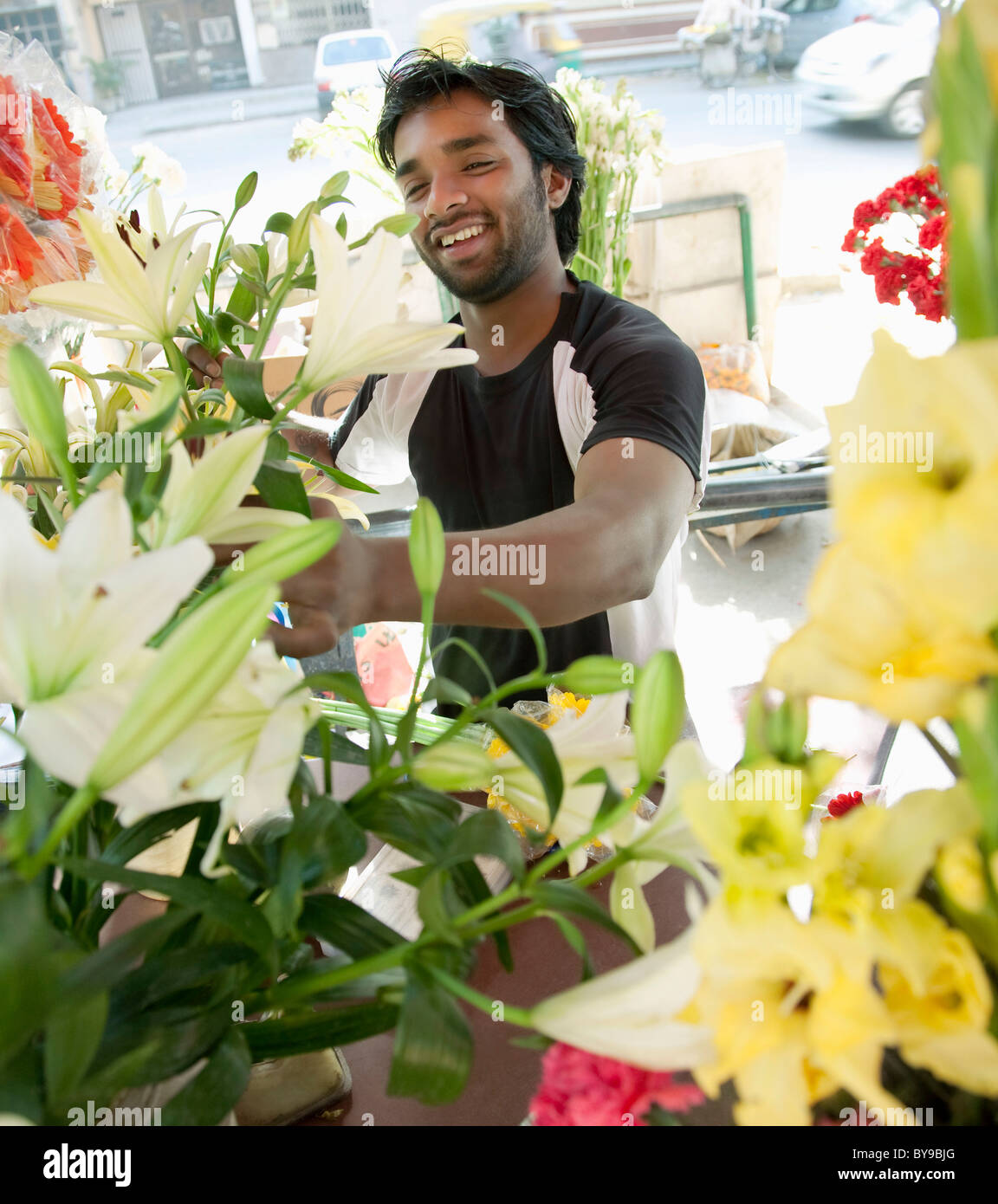 Floristería arreglar las flores Imagen De Stock