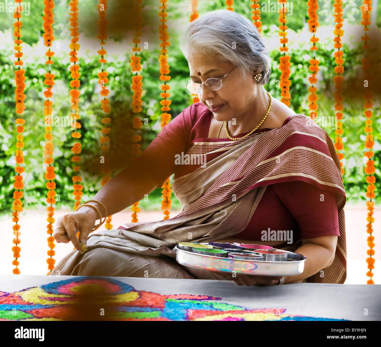 Anciana haciendo un rangoli Imagen De Stock