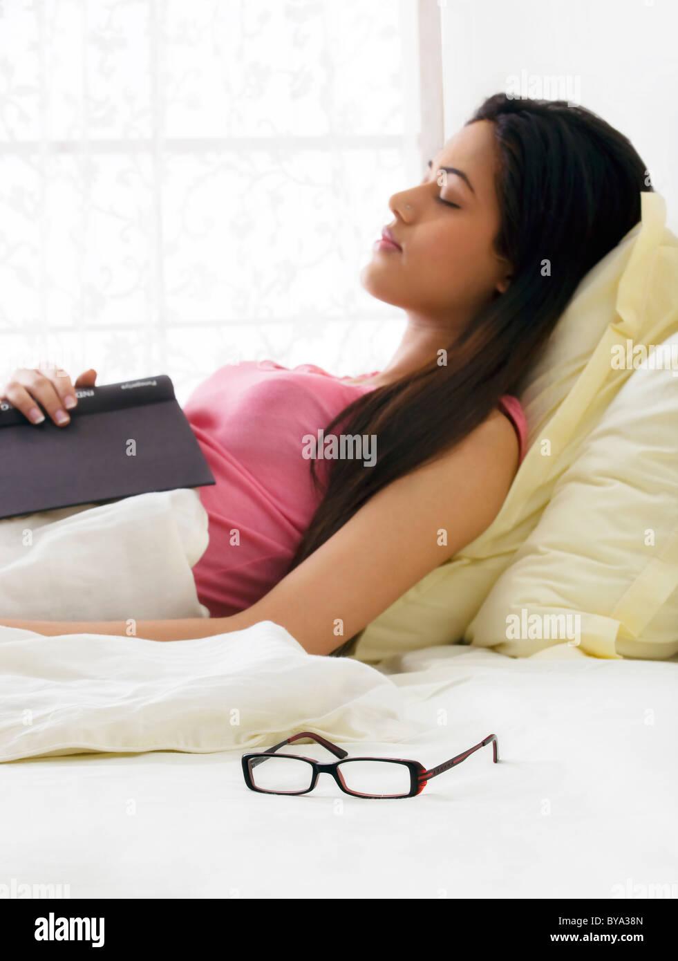 Chica tomando una siesta en la cama Imagen De Stock