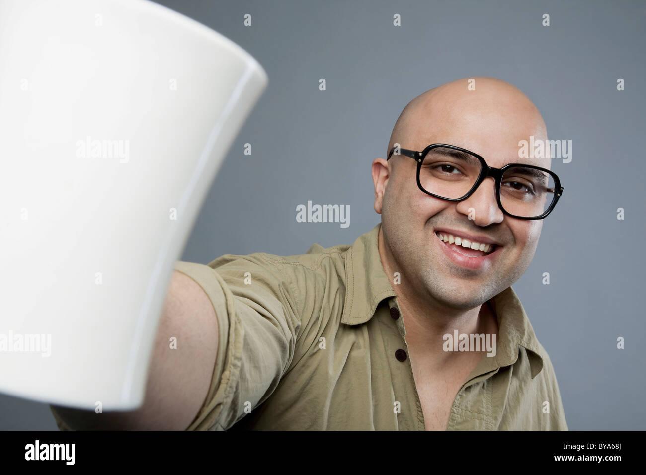 Hombre Calvo con una taza de té Foto de stock