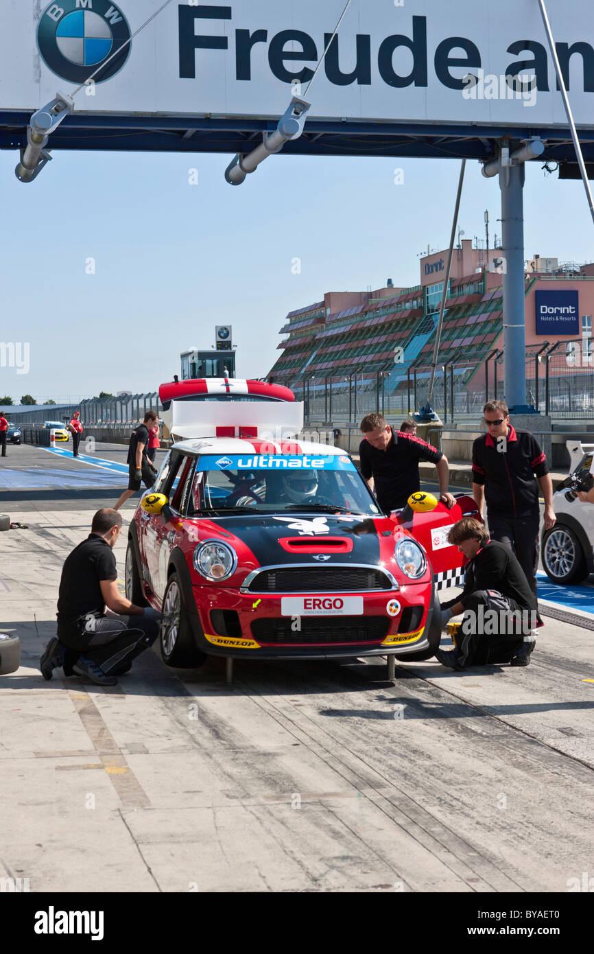El cambio de neumáticos, la raza de los Mini Coopers, Mini Challenge en el Oldtimer Grand Prix 2010, una carrera Foto de stock