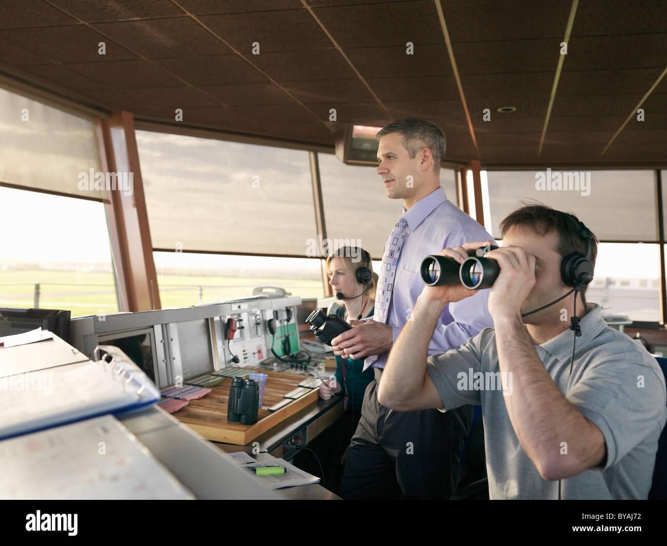 Controladores de tráfico aéreo en la torre Foto de stock