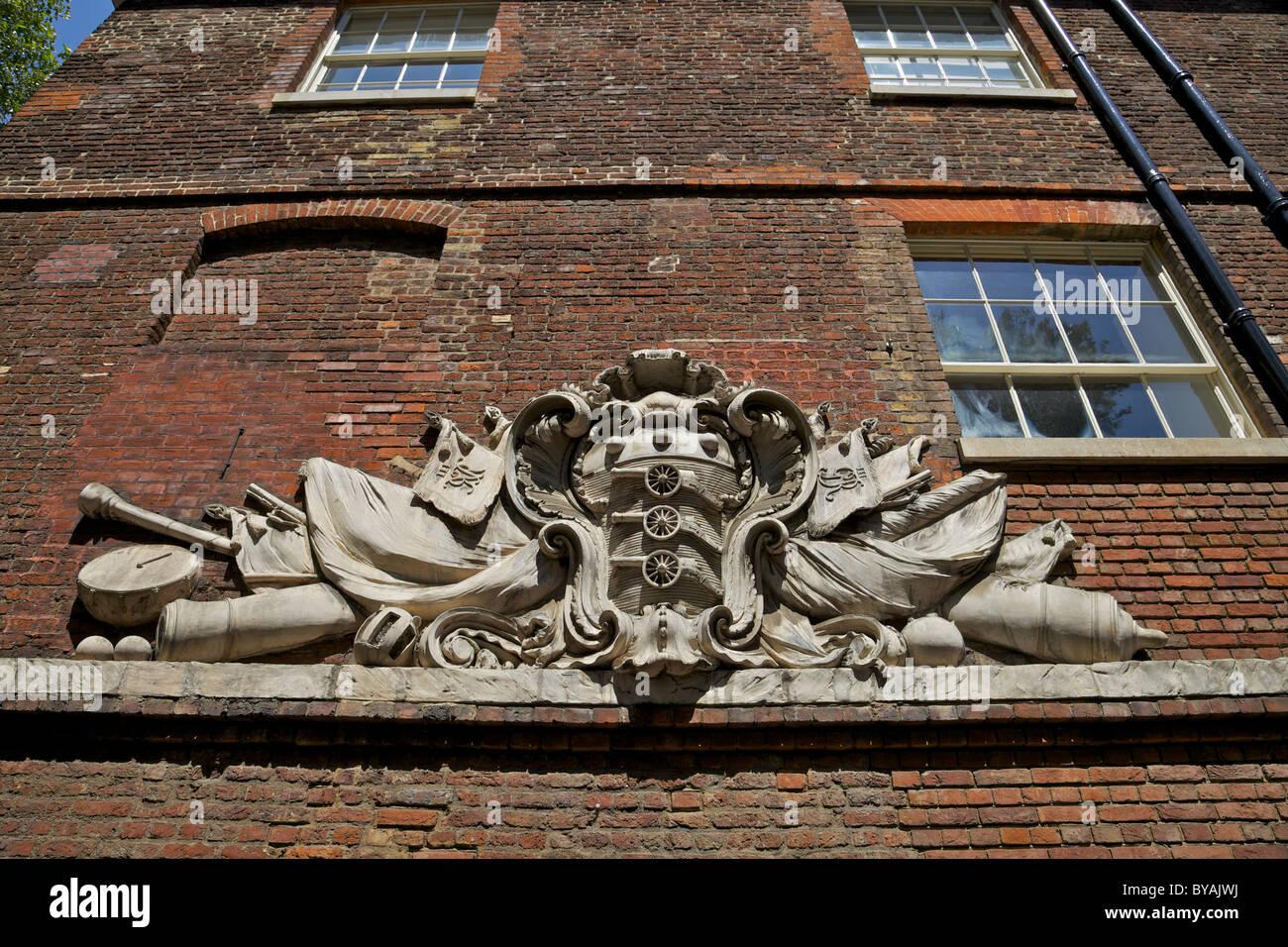 Escudo de armas del ejército Royal Ordnance corps en la Torre de Londres, Inglaterra Imagen De Stock