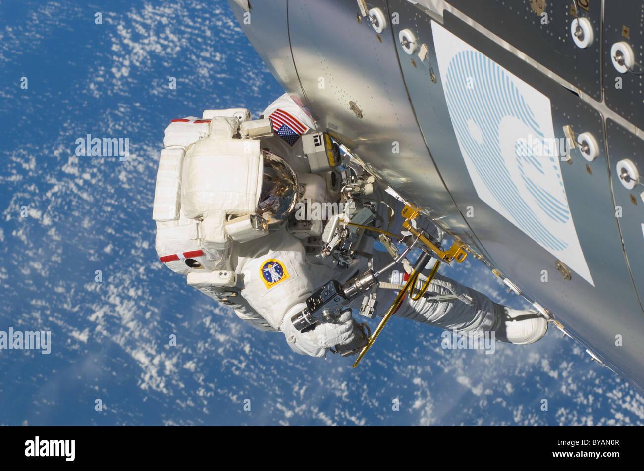 El astronauta Randy Bresnik cerca del laboratorio Columbus realizando actividad extra vehicular STS 129 21 de noviembre de 2009 Foto de stock