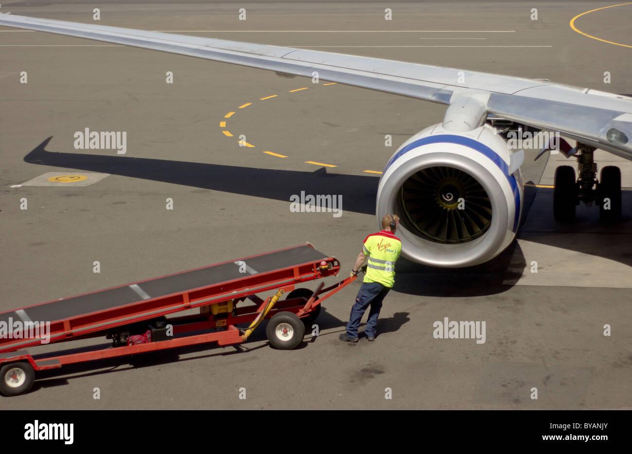 Equipaje handler de Virgin Blue en el Sydney Aeropuerto Doméstico Imagen De Stock