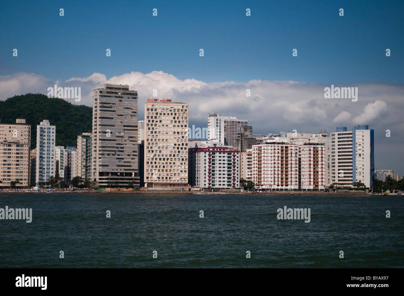 Linea de Mar vista de los edificios de la ciudad de São Vicente, en la costa del estado de São Paulo, Imagen De Stock