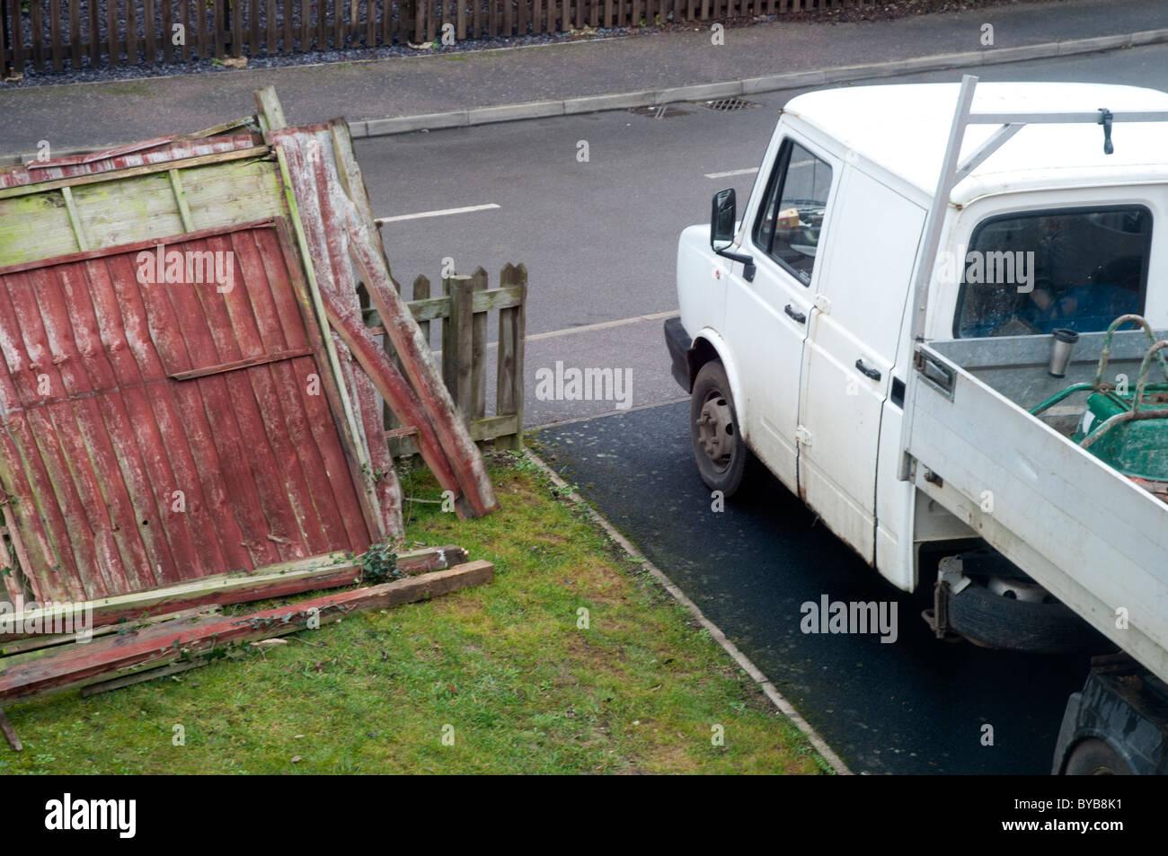 Constructores Recoger Van con Jardín de Esgrima roto Imagen De Stock