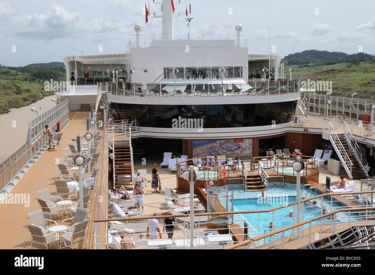 """Como buque de Cunard, """"Queen Elizabeth"""", transitaron por el Canal de Panamá, Algunos pasajeros nadaron en una de Foto de stock"""