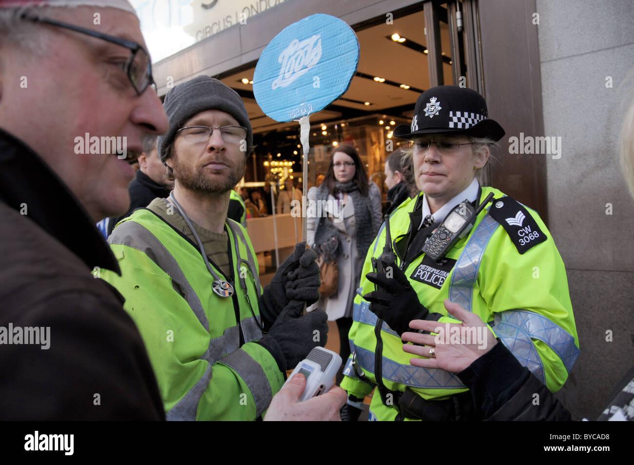 Topshop Ukuncut manifestantes contra la evasión fiscal Oxford Street. Imagen De Stock