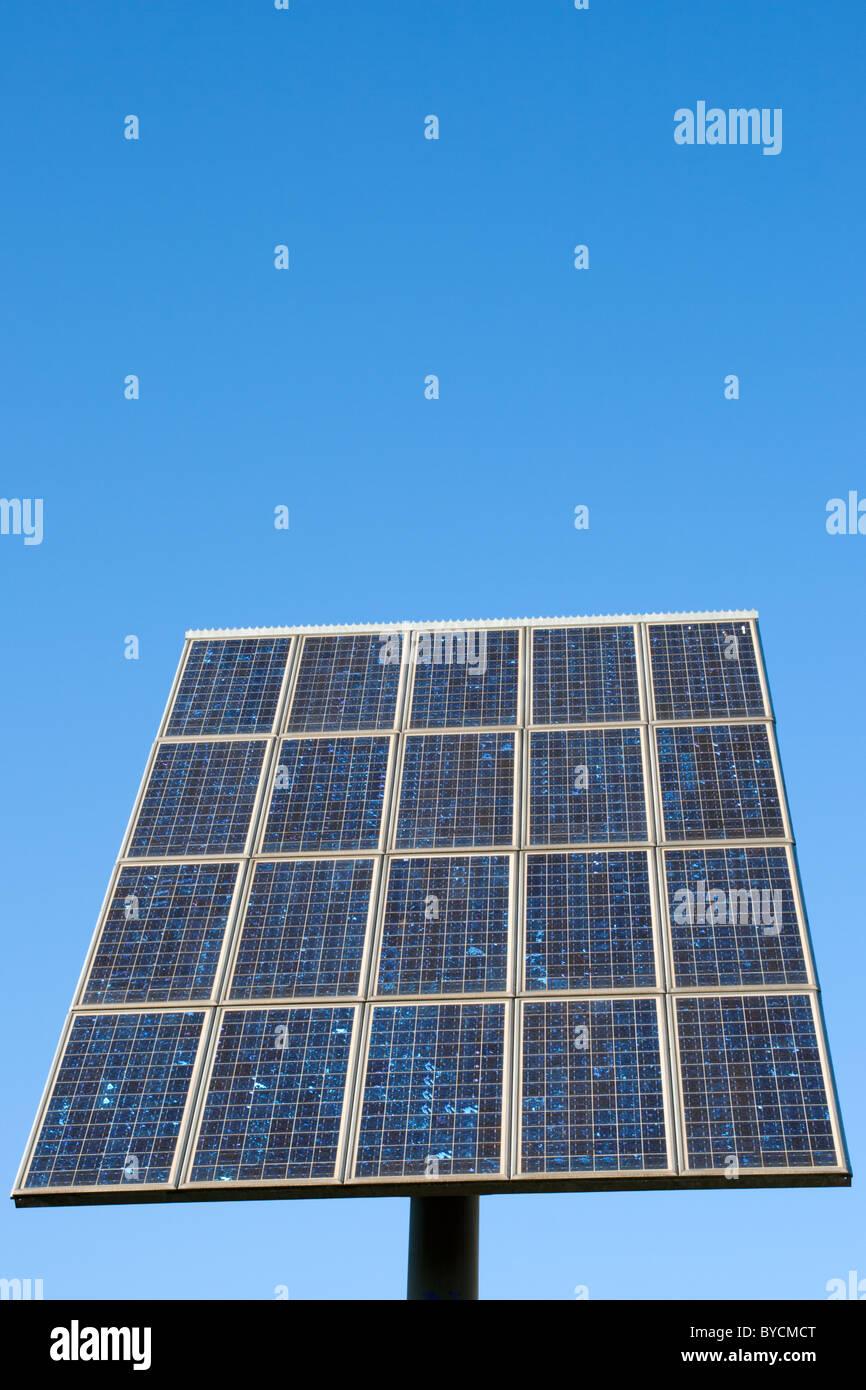Panel solar en un cielo azul Imagen De Stock