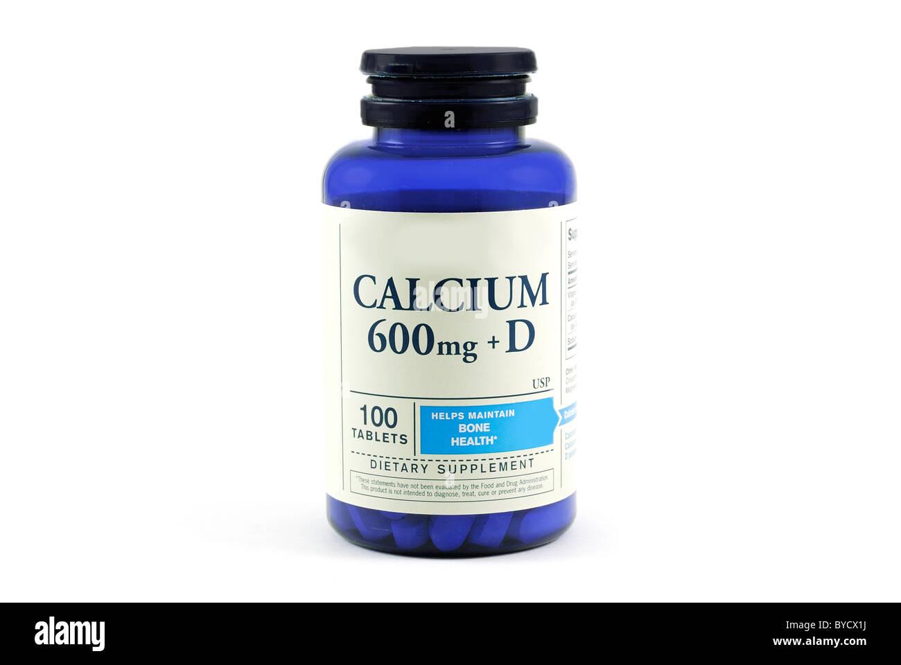 Una botella de calcio con vitamina D genérico utilizado para la salud ósea aislado sobre un fondo blanco. Imagen De Stock
