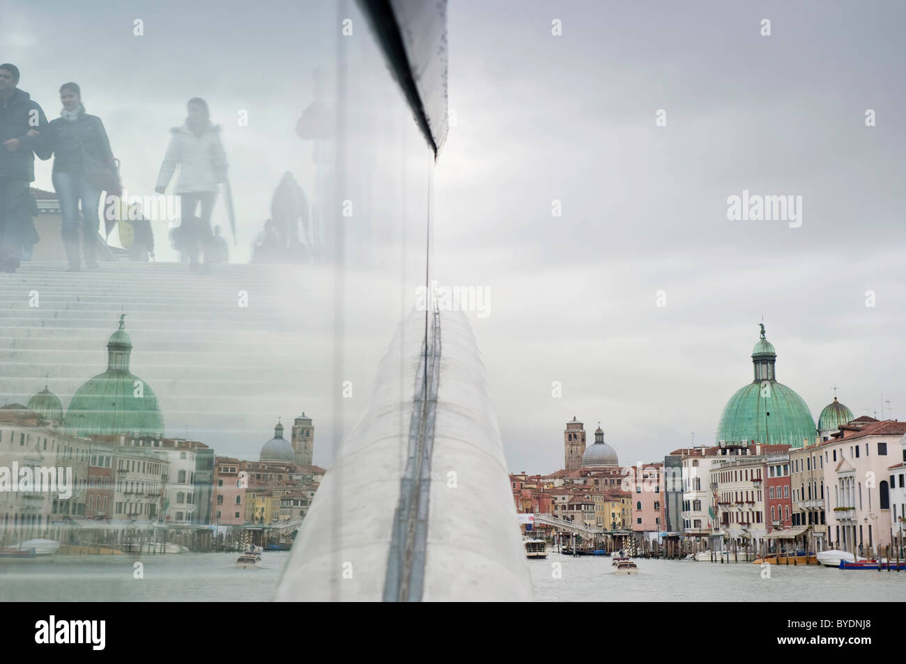 El moderno puente de Calatrava sobre el Gran Canal de Venecia, Véneto, Italia, Europa Imagen De Stock