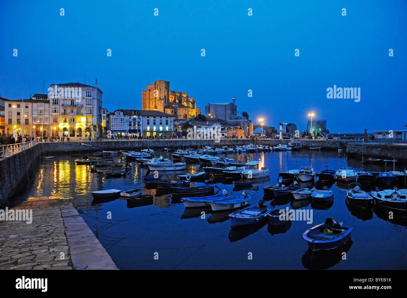Por la noche el estado de ánimo, el puerto con los barcos, Castro Urdiales, Golfo de Vizcaya, Cantabria, España, Europa Foto de stock