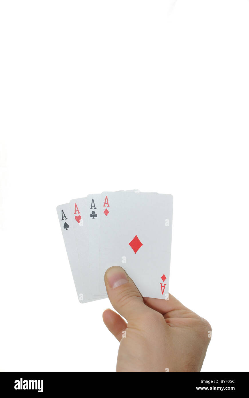 Cuatro ases en una mano aislado sobre un fondo blanco. Imagen De Stock