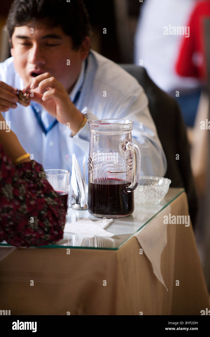 Un hombre peruano tiene un almuerzo en un restaurante en Ayacucho. Sobre la  mesa hay 9579b1374ba