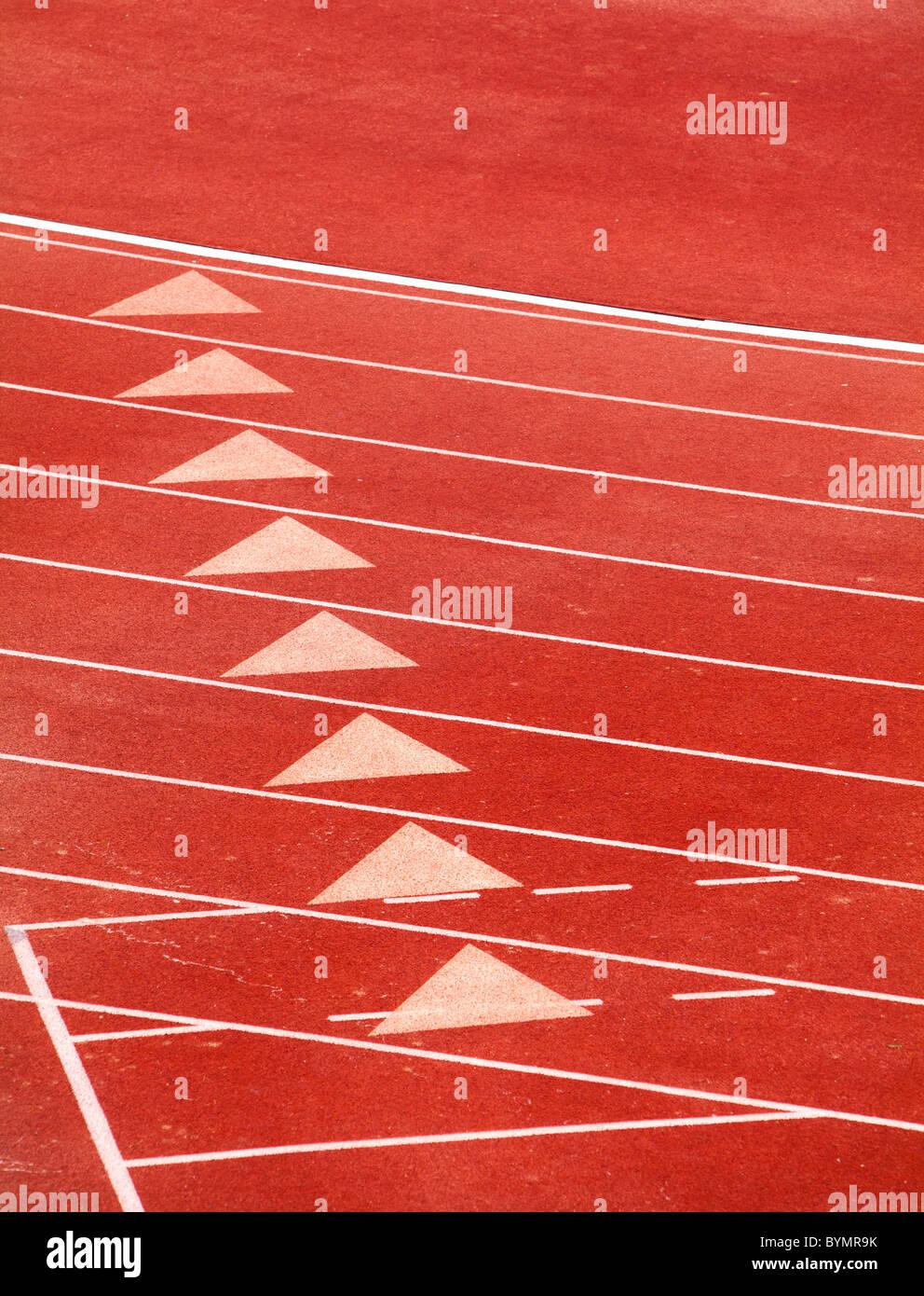 La línea de partida en una pista roja Imagen De Stock