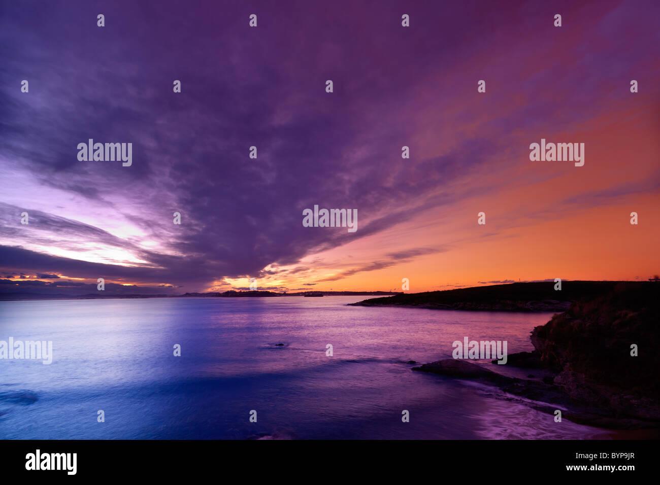 Crepúsculo en la bahía de Santander (España) Foto de stock
