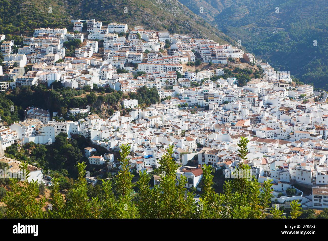 Típico pueblo blanco tierra adentro desde la costa del sol; de Ojen, Málaga, Andalucía, España Imagen De Stock