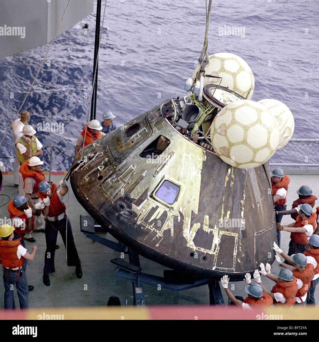 El módulo de mando de la nave espacial Apolo 13 es izada en el barco de recuperación después de splashdown. Imagen De Stock