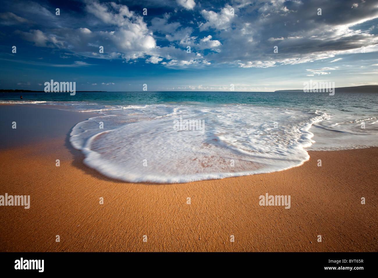 Playa, olas y nubes. Maui, Hawaii. Imagen De Stock