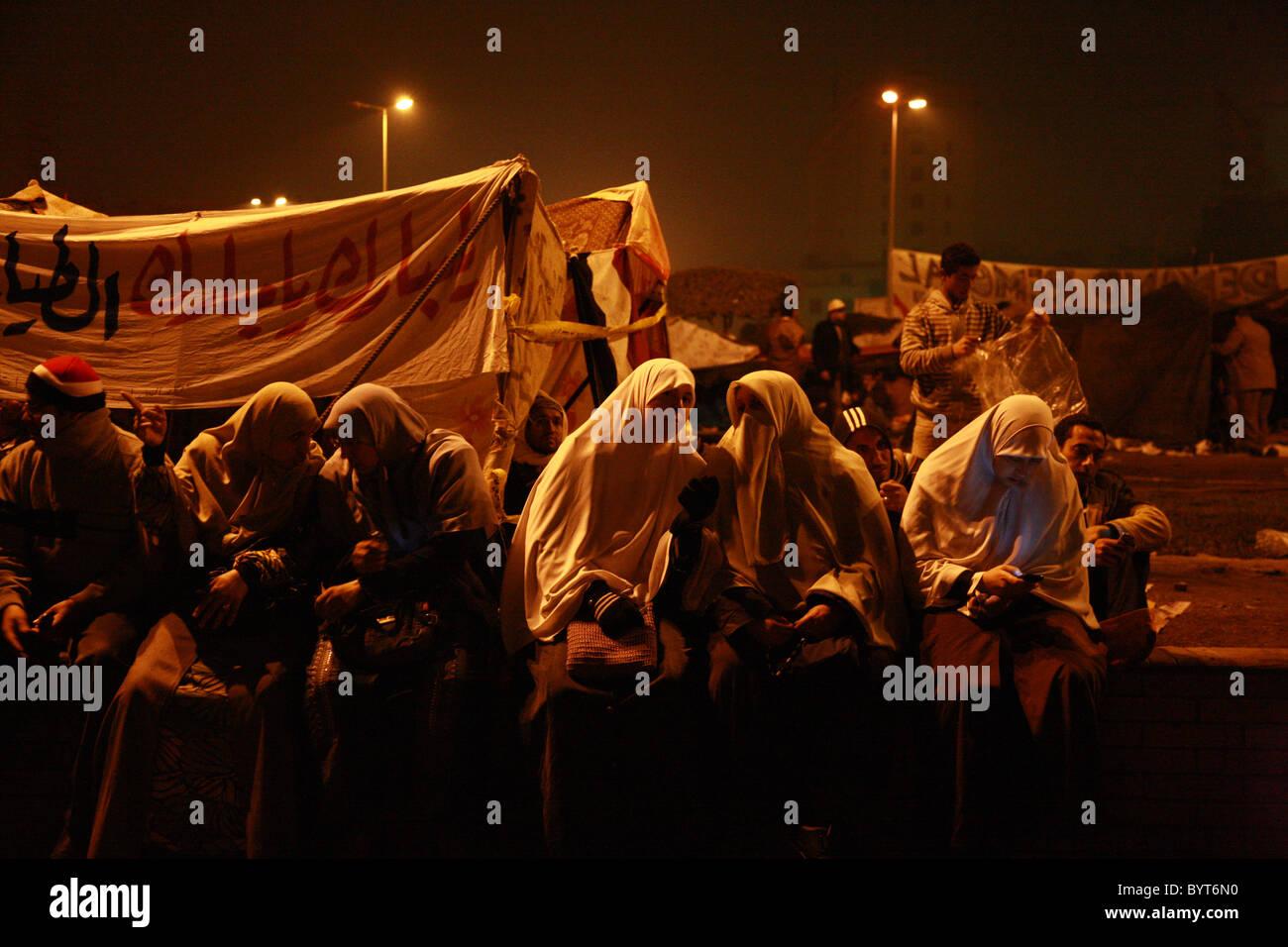 Las mujeres hablan mientras manan las barricadas de la plaza Tahrir de el Cairo Durante la Revolución Egipcia de 2011 Foto de stock