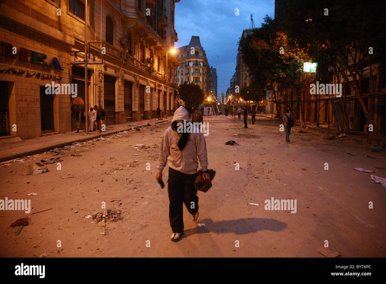 Manning las barricadas: manifestantes anti-Mubarak en Egipto guardia en bloques improvisado creado para disuadir a las milicias pro-régimen fro Foto de stock