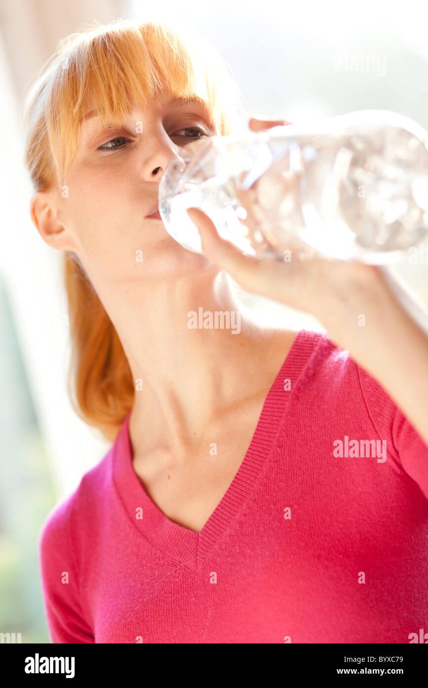 Mujer beber agua embotellada Imagen De Stock