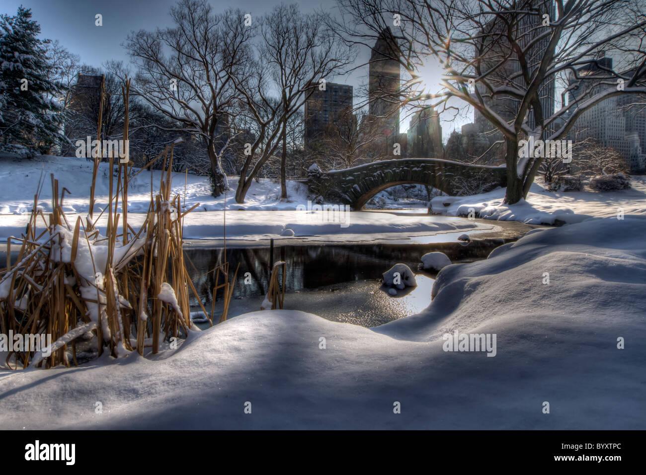Gapstow Bridge en Central Park en la mañana después de una tempestad de nieve Foto de stock