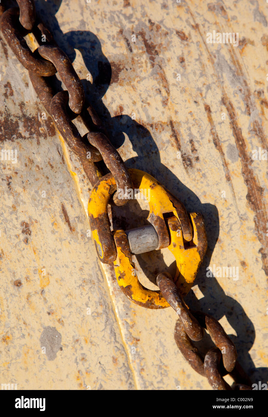Dos cadenas de metal conectados juntos Foto de stock