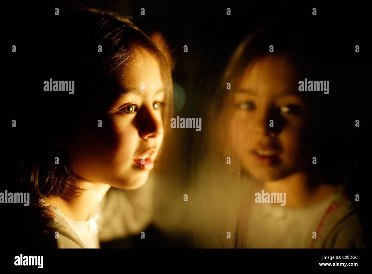 Chica en la noche con el reflejo de la ventana Imagen De Stock