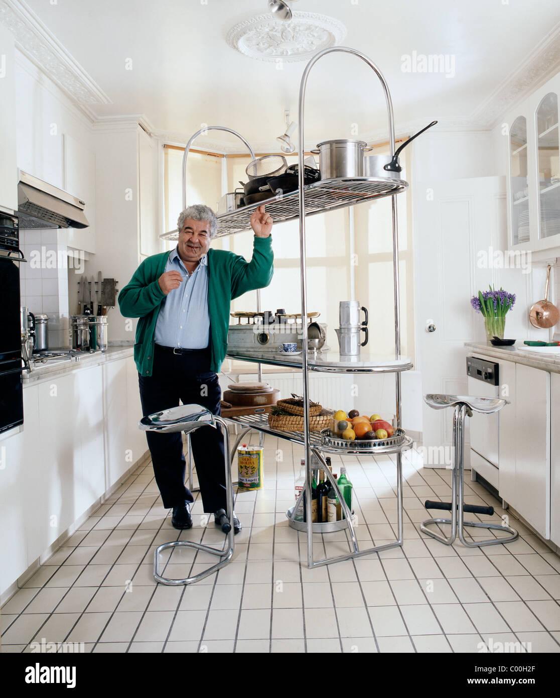 fe75765aff9e1 Famoso Chef italiano y autor Antonio Carluccio en casa en Londres Imagen De  Stock