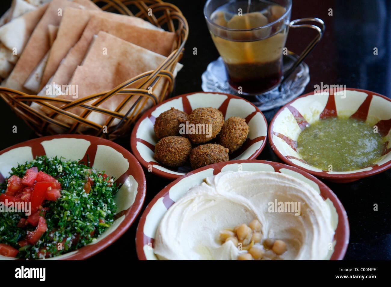Desayuno típico de falafel hummus, ensalada y pan de pita, Aqaba, Jordania. Foto de stock