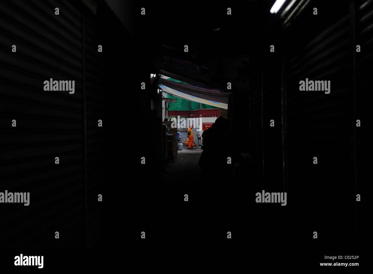 Builder al final de una calle oscura, Hong kong Imagen De Stock