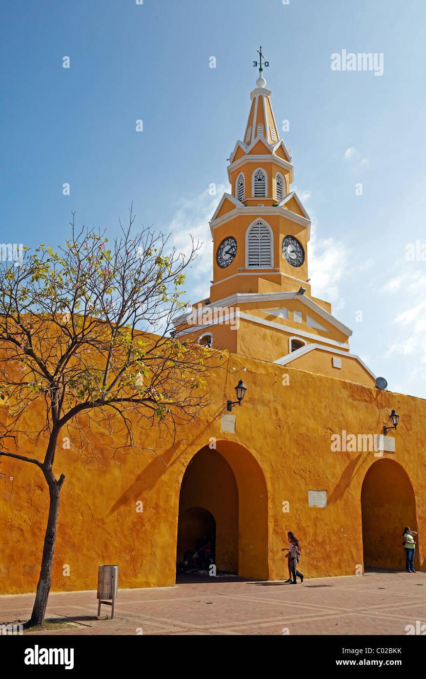 Amarillo la torre del reloj, la antigua ciudad de Cartagena, Colombia Imagen De Stock