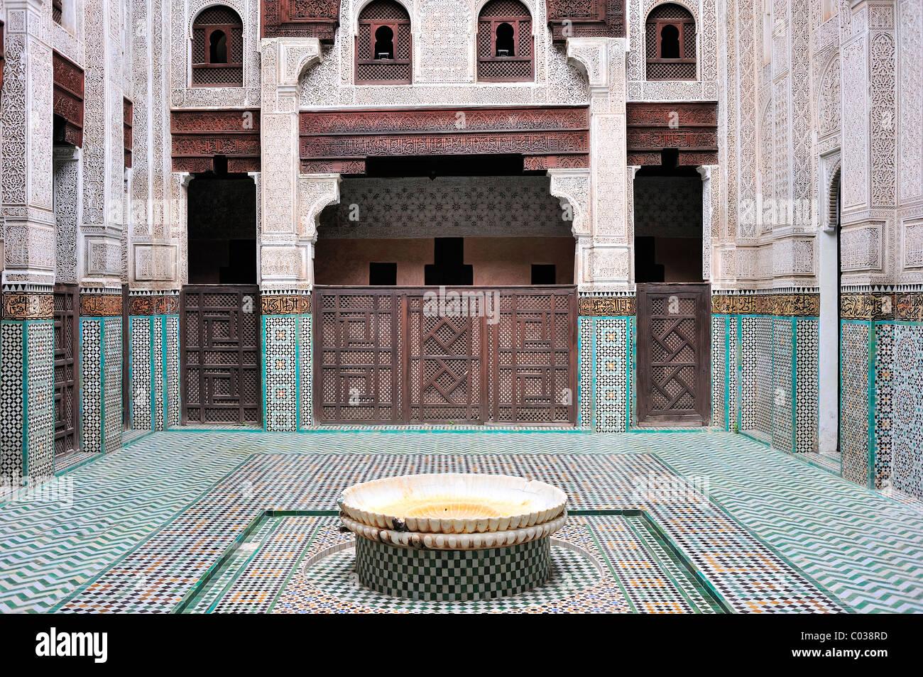 Vista Parcial Patio De La Medersa Bou Inania Paredes Con Tallas  ~ Mosaicos De Azulejos En Paredes