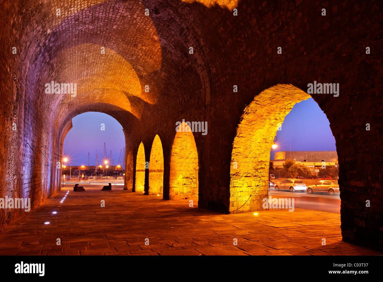 Parte de los astilleros venecianos ('Neoria'), cerca del antiguo puerto de Heraklion, en la hora 'azul'. La isla de Creta, Grecia Foto de stock