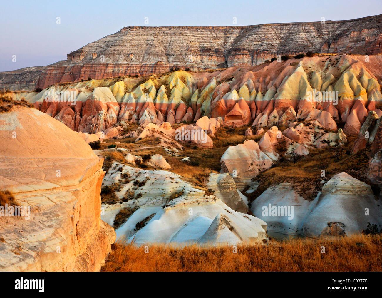 Gran variedad de formas, formas y colores en el paisaje de Capadocia, Nevsehir, Turquía. Tomadas durante un Imagen De Stock