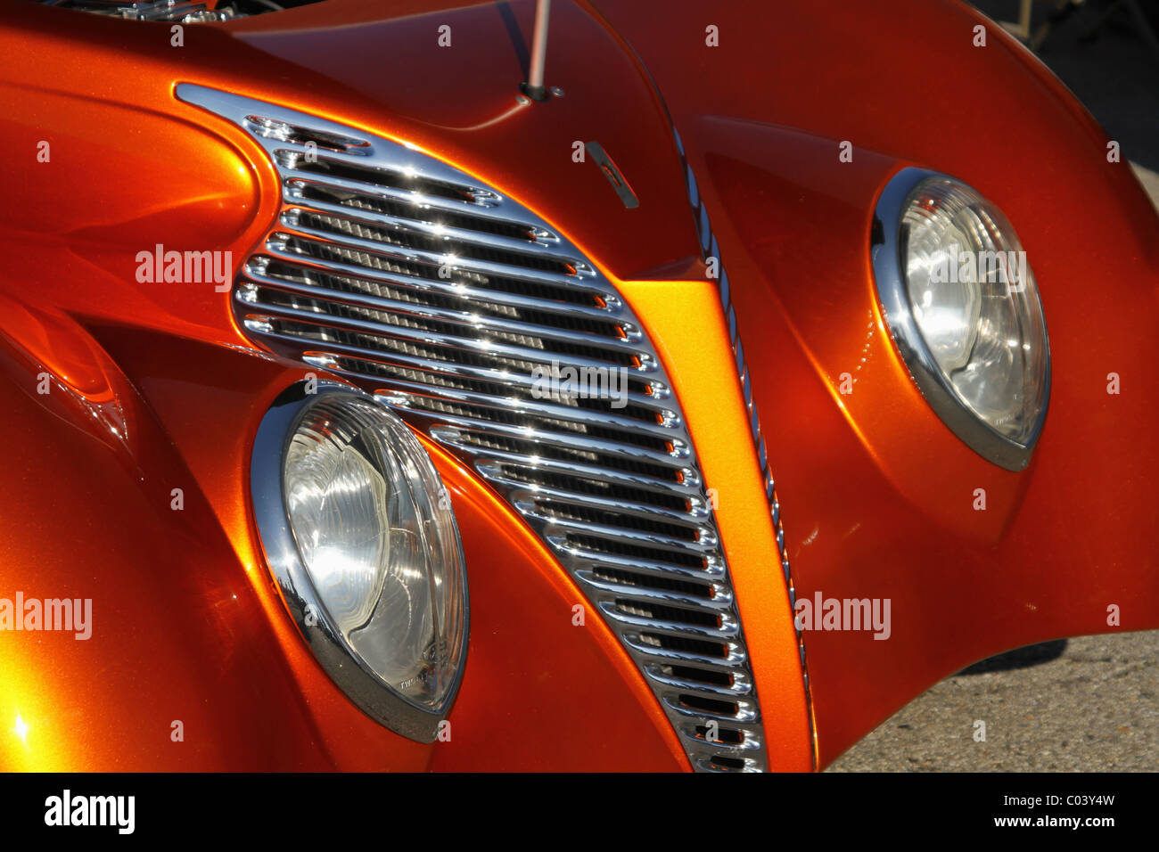 Auto- 1939 Ford Sedan hot rod. Personalizado. Faro y barbacoa. El foco se encuentra en el cercano faro. Imagen De Stock