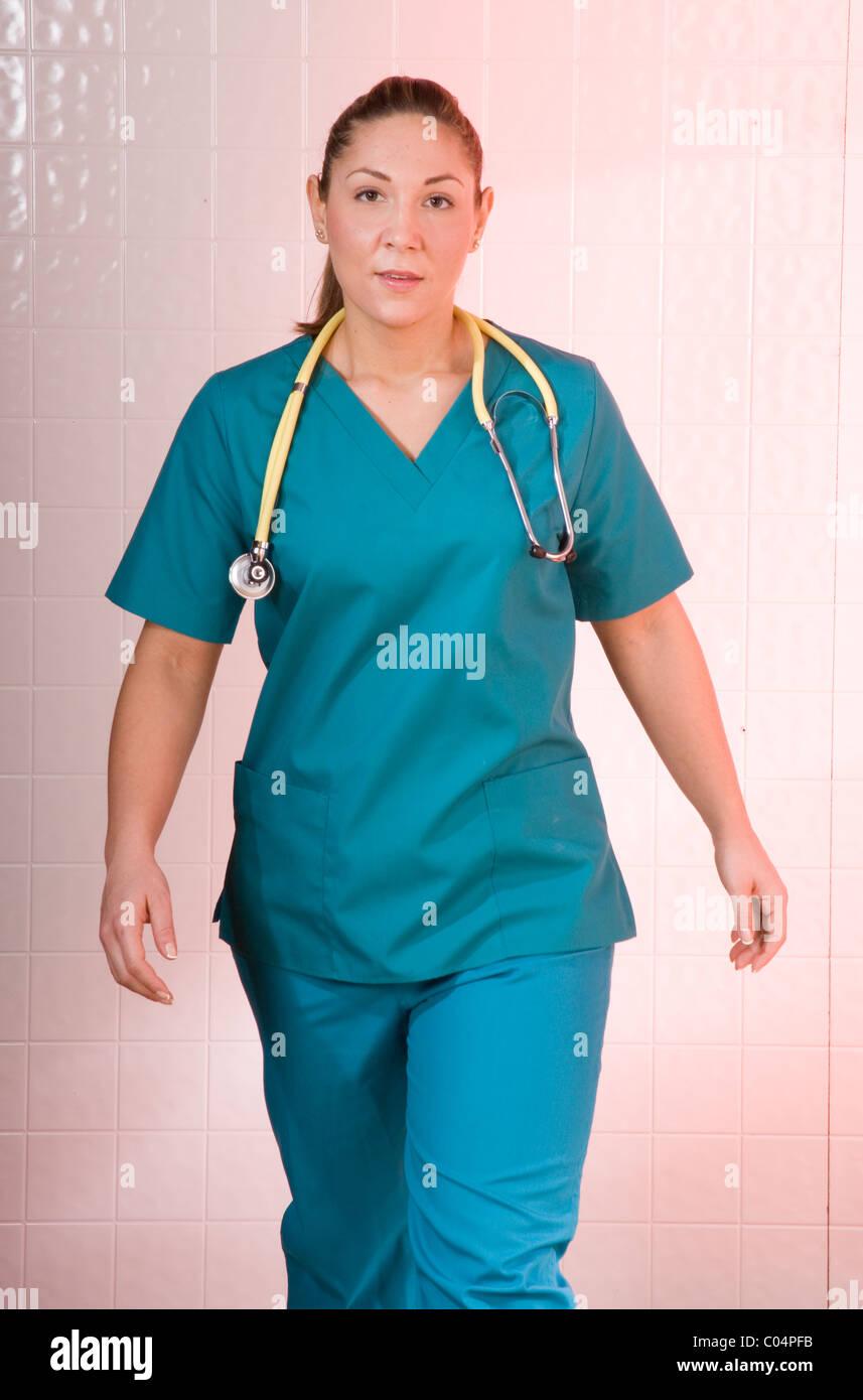Retrato de joven trabajador sanitario, una enfermera o un asistente médico en acción. Imagen De Stock