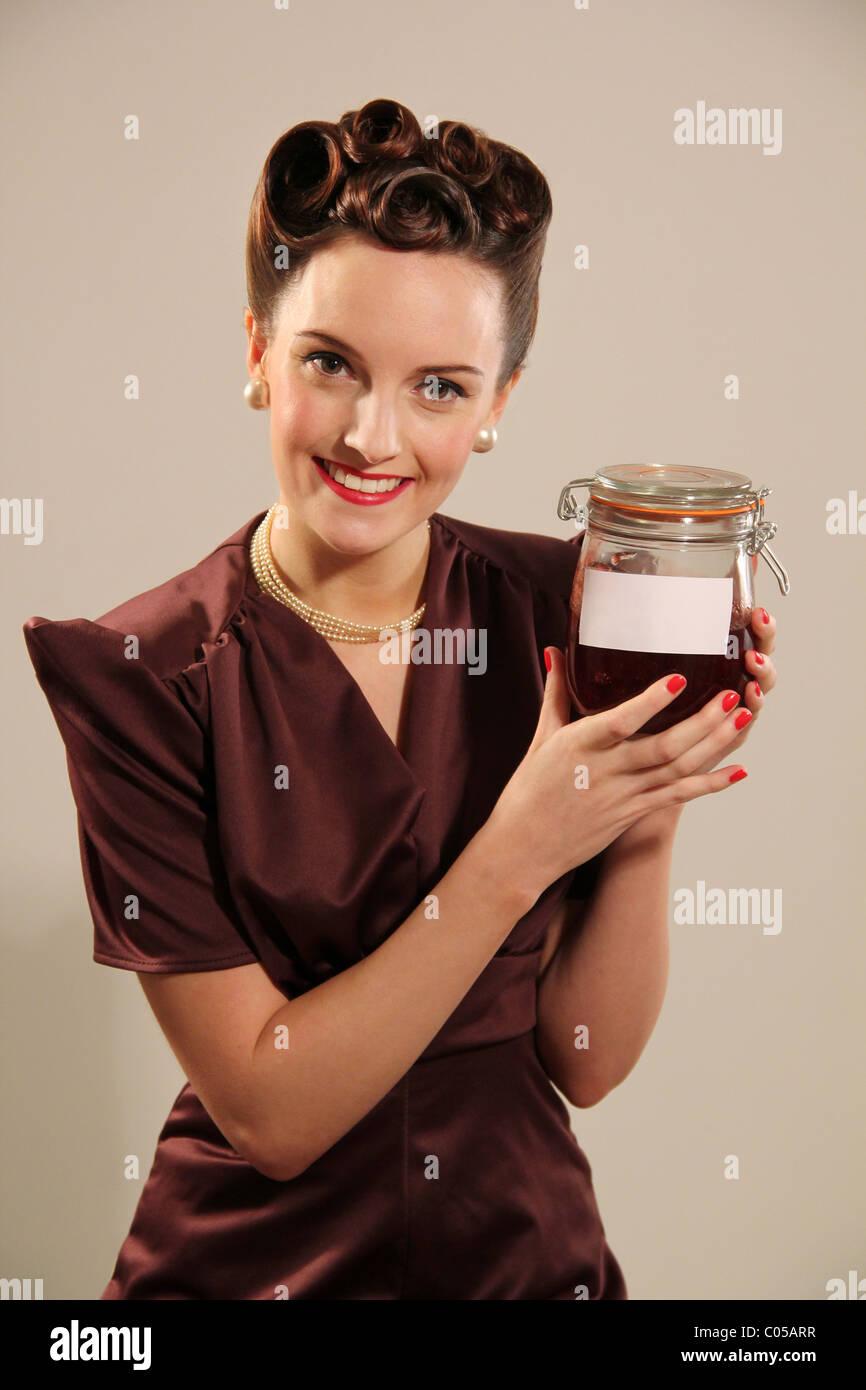 Mujer sosteniendo un antiguo jar Imagen De Stock