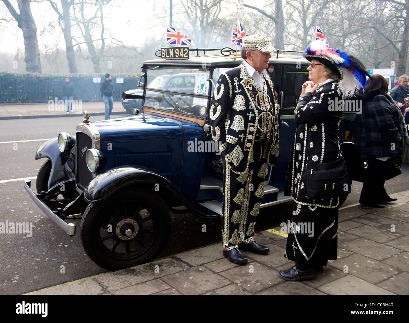 El Rey y la Reina nacarado de pie junto a un coche clásico en el Desfile del Día de Año Nuevo en Londres 2011 Foto de stock