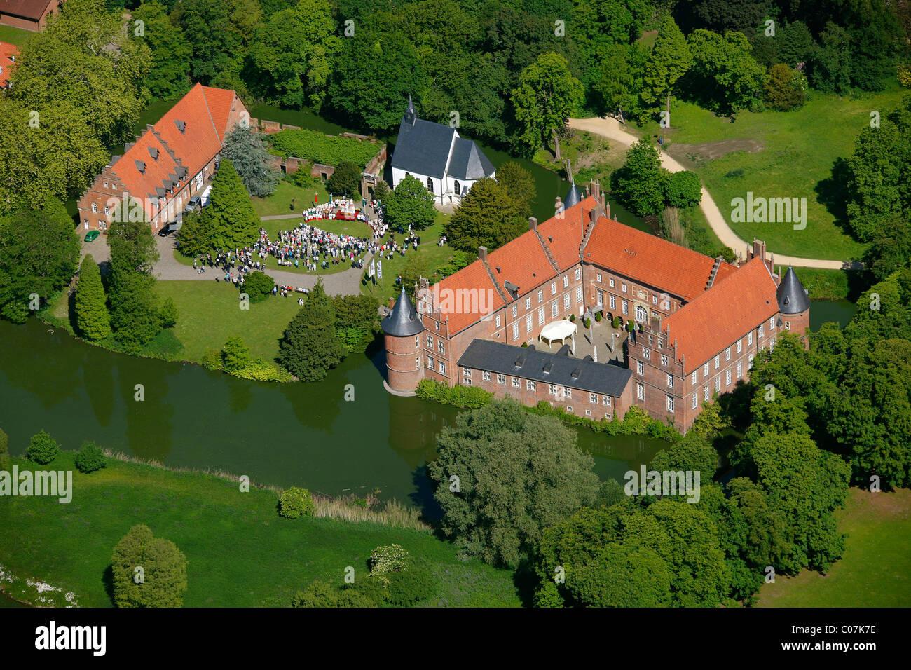 Fotografía aérea, al aire libre, servicio en la iglesia, con ocasión de la Fiesta de Corpus Christi, Imagen De Stock