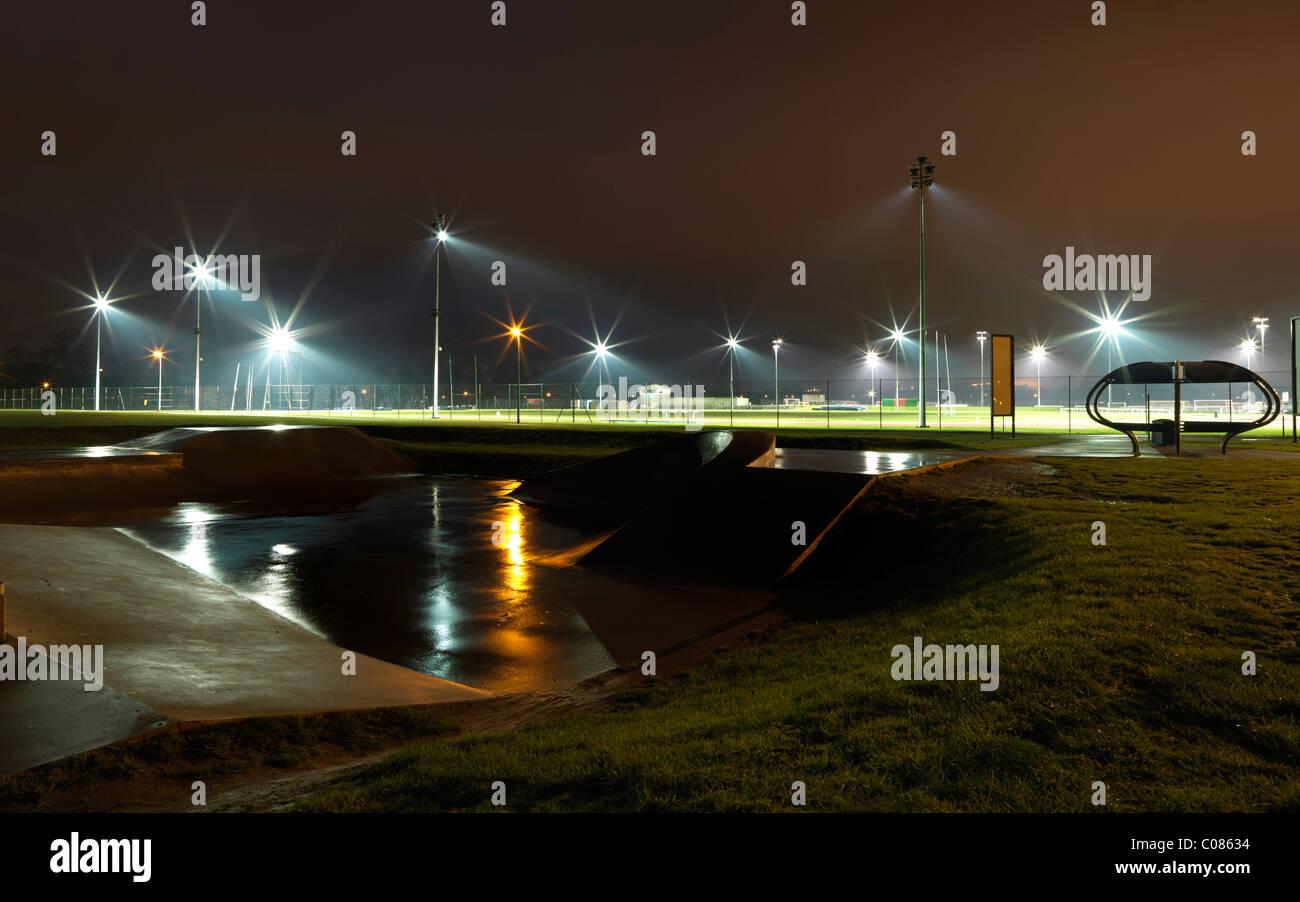 Campo de Deportes, iluminado por la noche Imagen De Stock