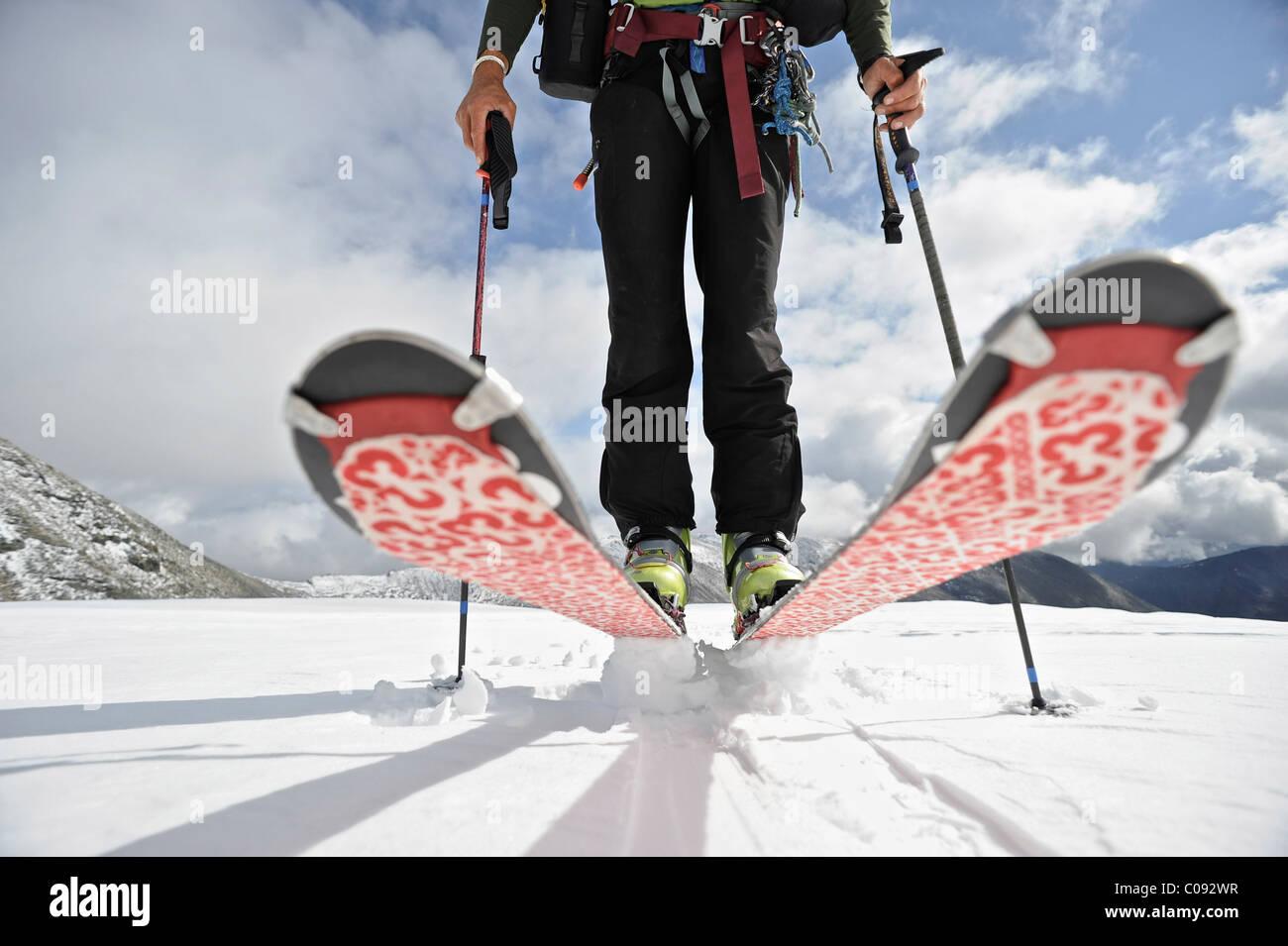 Cierre de un esquiador de travesía en el glaciar en el lado norte del monte. Chamberlin, Brooks, ANWR, Alaska, Imagen De Stock