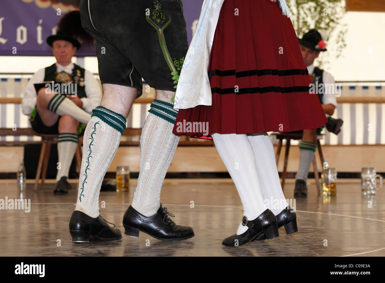 Schuhplattler, bailarines de danza folklórica tradicional, 83 en Neufahrn cerca Egling Loisachgaufest, Alta Baviera, Foto de stock